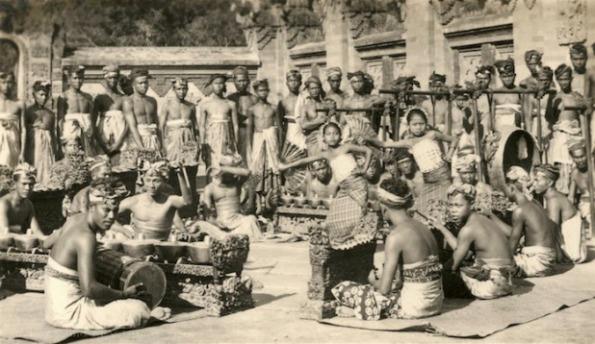 old-bali-dancer-gamelan