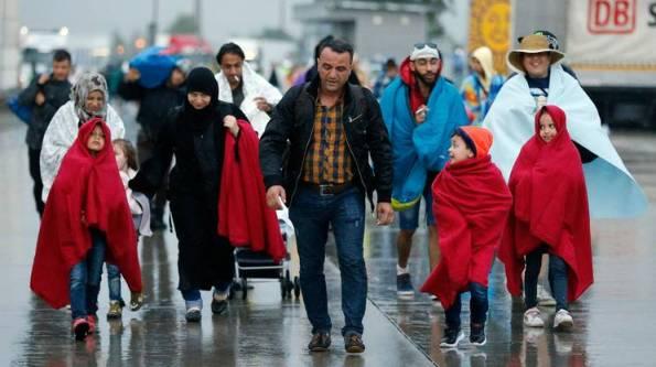 Hanno attraversato il confine a piedi, sotto la pioggia