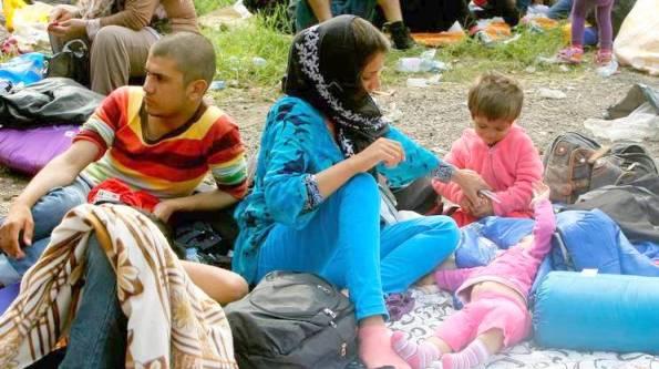Una famiglia di siriani davanti alla barriera ungherese.1