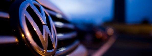 Ein VW parkt am 22.09.2015 auf einem Mitarbeiterparkplatz am VW Werk in Wolfsburg (Niedersachsen). Foto: Julian Stratenschulte/dpa +++(c) dpa - Bildfunk+++
