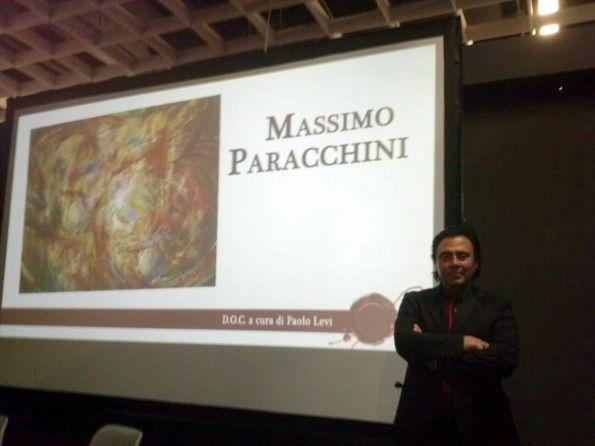 2Massimo Paracchini con la video esposizione della sua opera 2 (1)