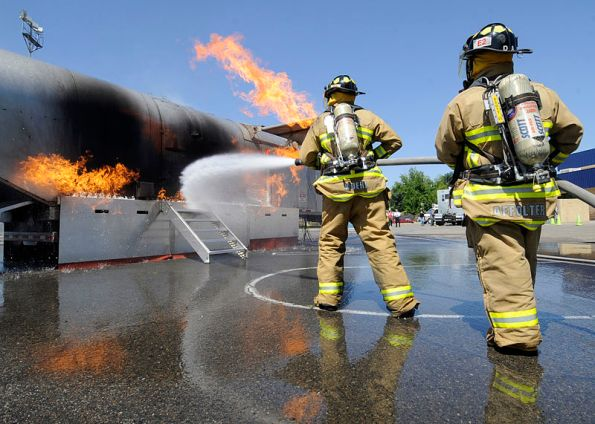 800px-US_Navy_100512-N-0775Y-011_Kings_County_fire_fighters_battle_a_fire_on_a_training_simulator_during_Operation_Parkview (1)