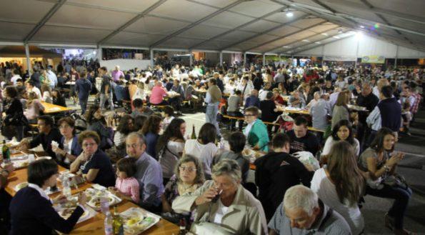 20-09-2012 festa del vino e del monferrato al mercato pavia di piazza castello gente che mangia
