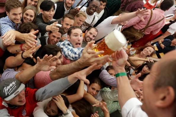 1la-folla-impaziente-di-bere-i-primi-boccali-di-birra