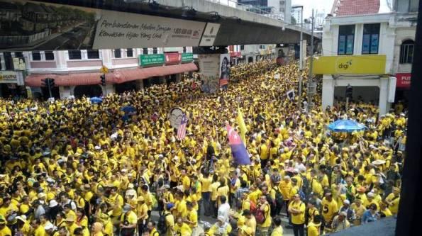 giallomigliaia-di-persone-hanno-manifestato-contro-il-premier-najib-razak