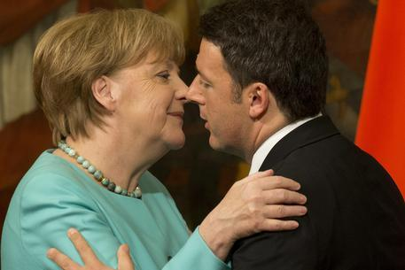 Italian Premier Matteo Renzi kisses German Chancellor Angela Merkel at the end of a joint press conference, in Rome, Thursday, May 5, 2016. (ANSA/AP Photo/Andrew Medichini) [CopyrightNotice: Copyright 2016 The Associated Press. All rights reserved. This material may not be published, broadcast, rewritten or redistribu]