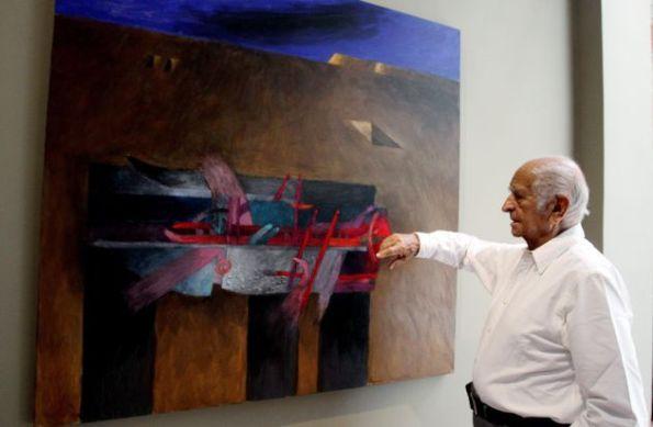 """MED03. MEDELLÍN (COLOMBIA), 18/06/2015. El artista peruano Fernando de Szyszlo durante una entrevista con Efe hoy, jueves 18 de junio de 2015 en Medellín (Colombia). De Szyszlo, de 89 años de edad, considera que el arte atraviesa un momento difícil y poco seductor por culpa de """"una sociedad banal"""" que induce a hacer obras """"horribles"""" y a """"un bajón"""" en la pintura. EFE/LUIS EDUARDO NORIEGA."""